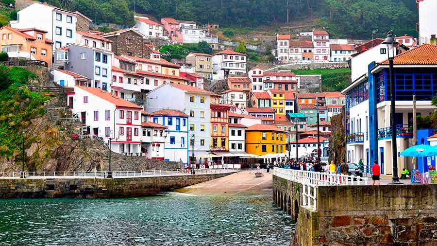 Puerto de Cudillero y sus casas de colores en la ladera.