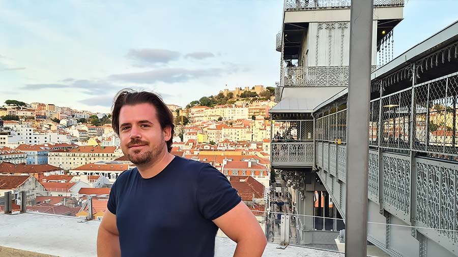 Yo, en el Elevador de Santa Justa con una panorámica que ver en Lisboa al fondo.