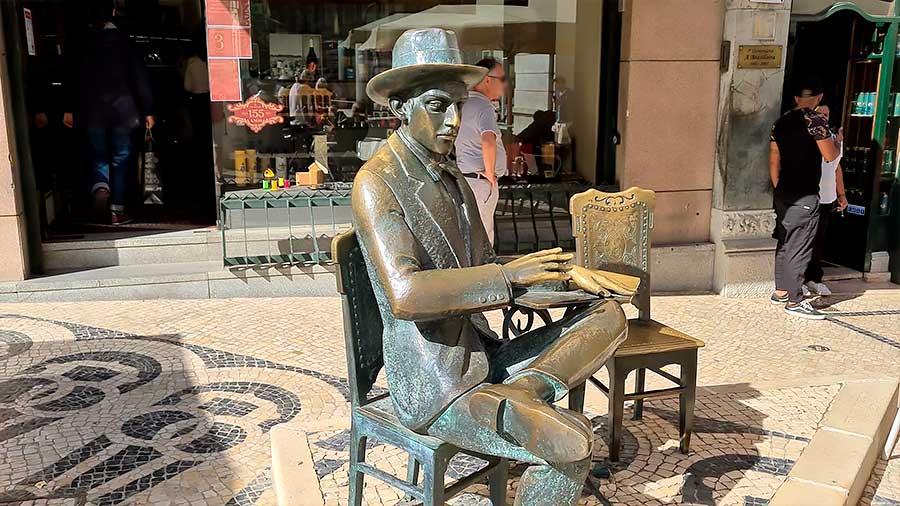 Estatua de Pessoa frente a Café A Brasileira en Chiado.