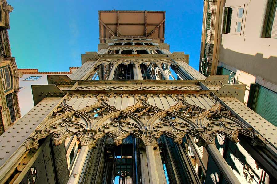 Vista del Elevador de Santa Justa de Lisboa desde abajo.