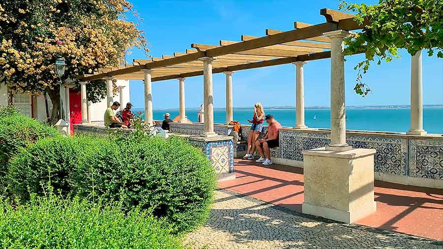 Mirador de Santa Luzia con sus pérgolas y vistas al Tajo