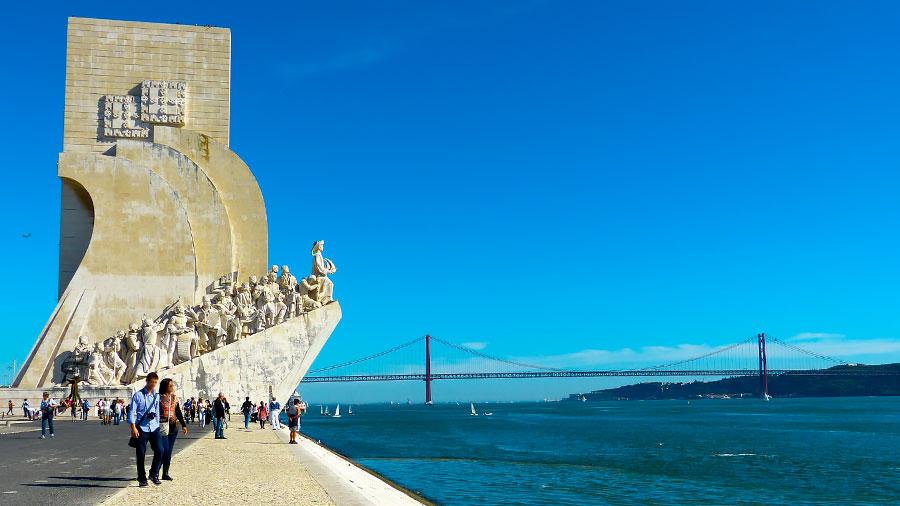 El Monumento a los Descubrimientos con el Puente 25 de Abril de Lisboa al fondo.