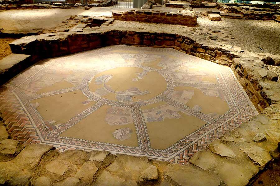 El mosaico de las musas es uno de los principales monumentos romanos en España.