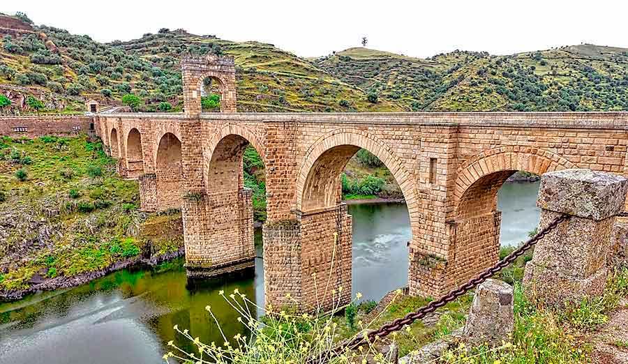 El puente romano de Alcántara es uno de los monumentos romanos de España.