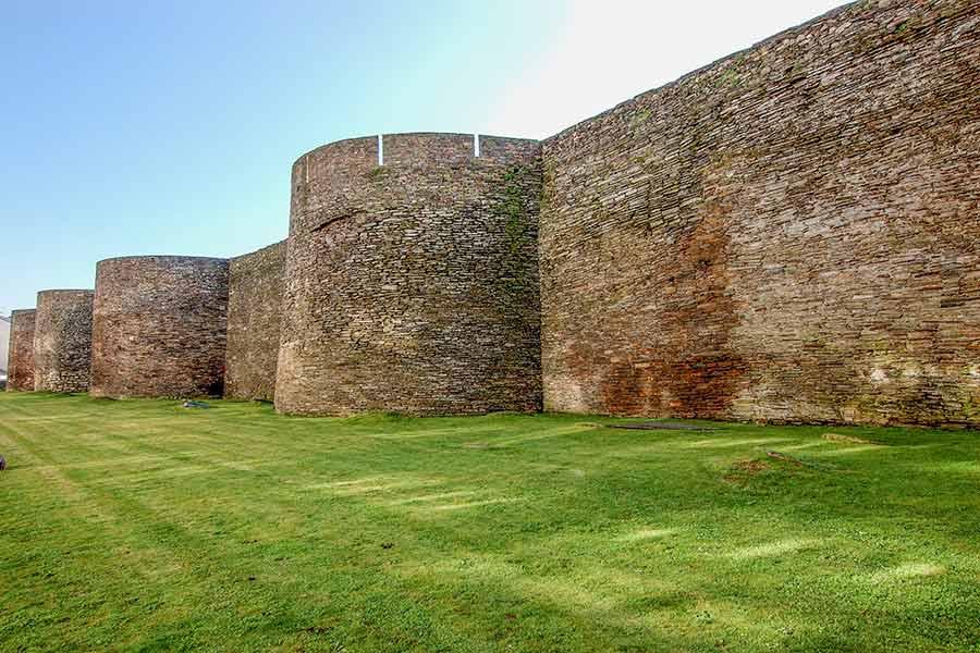 Las murallas de Lugo: consideradas uno de los monumentos romanos en España más valiosos.